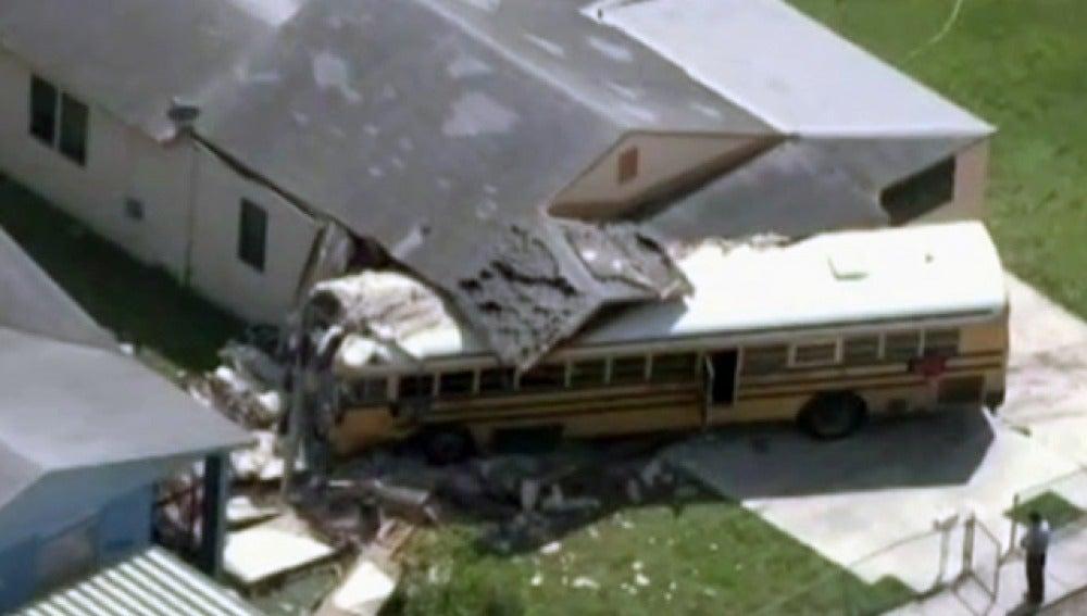 Aparatoso accidente de un autobús escolar en EEUU