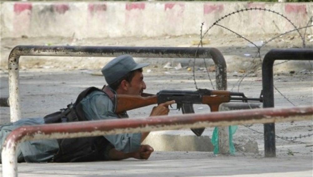 Un policía afgano se defiende del ataque de los talibanes