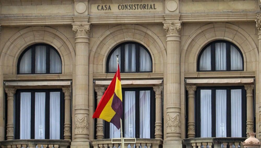 La bandera republicana ondea en el ayuntamiento de San Sebastián