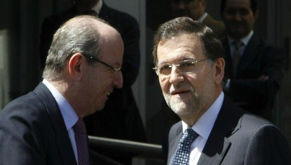 El presidente del Gobierno, Mariano Rajoy, junto al jefe de la Casa Real