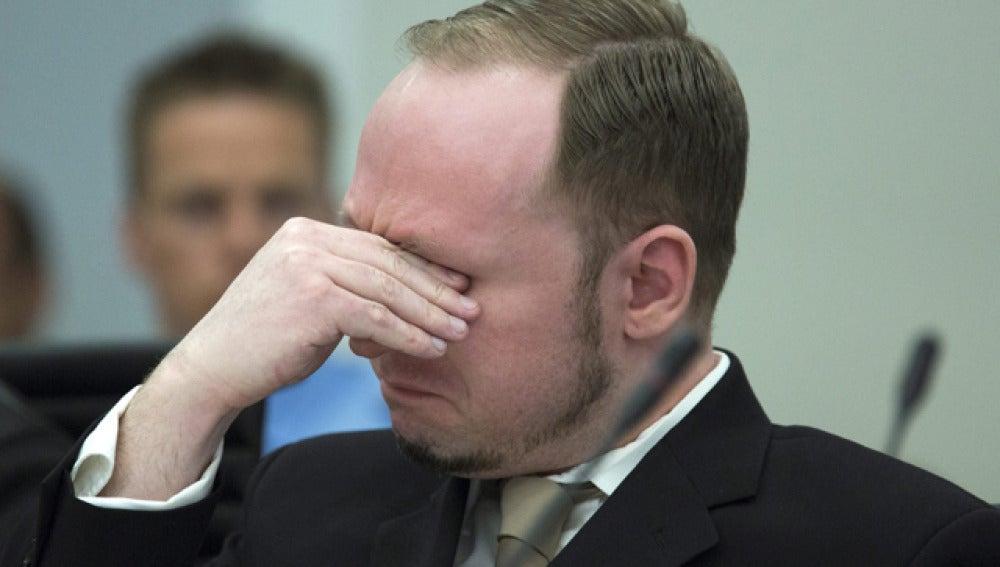 Anders Breivik se emociona durante el juicio