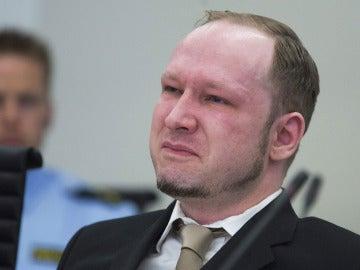 Anders Breivik llora durante el visionado de un vídeo