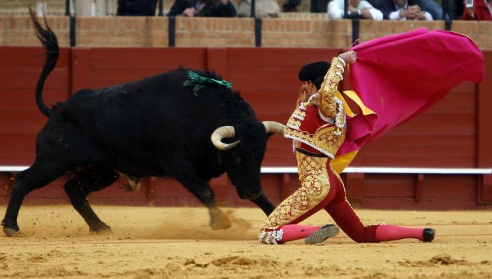 Esaú Fernández recibe a su segundo toro