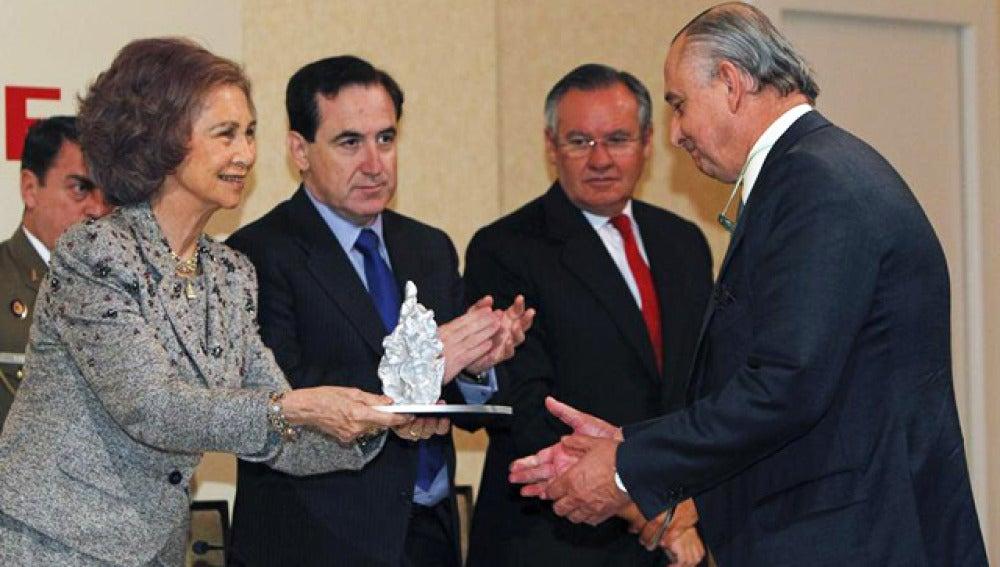 Doña Sofía entregando los premios Mapfre