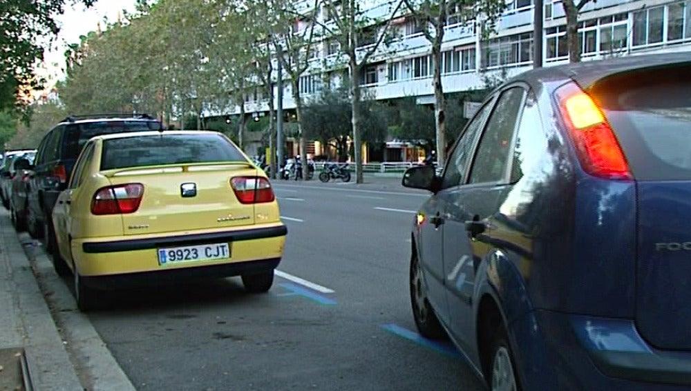 Un coche realizando un aparcamiento
