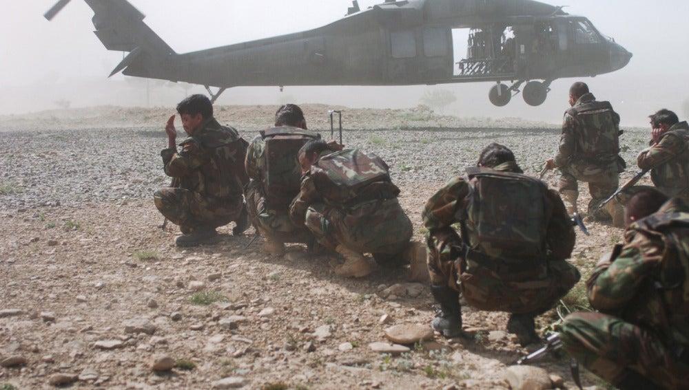 Soldados estadounidenses junto a un Black Hawk