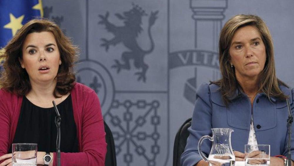 Sáenz de Santamaría y Ana Mato, en la rueda de prensa de La Moncloa