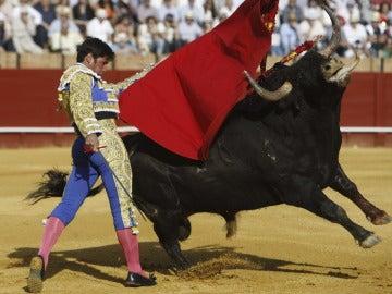 """Rivera Ordóñez """"Paquirri'"""" durante la faena a su primer toro"""