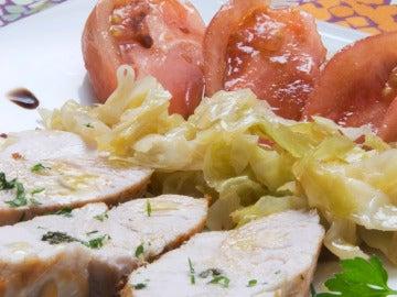 Pechuga de pavo a la mostaza con berza salteada y ensalada de tomate