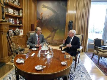 El rey Juan Carlos junto al director del Instituto Cervantes, Víctor García de la Concha