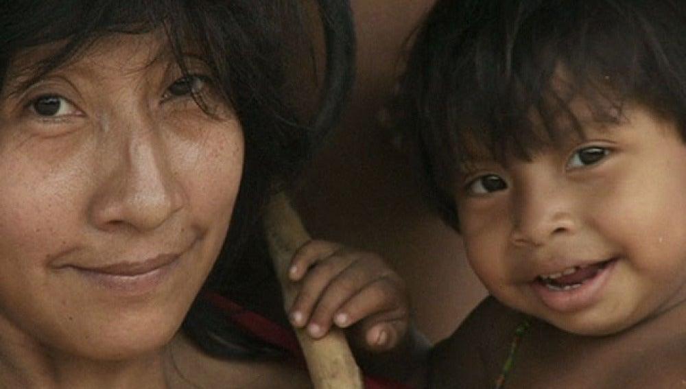 Mujer y niño de la tribu awás