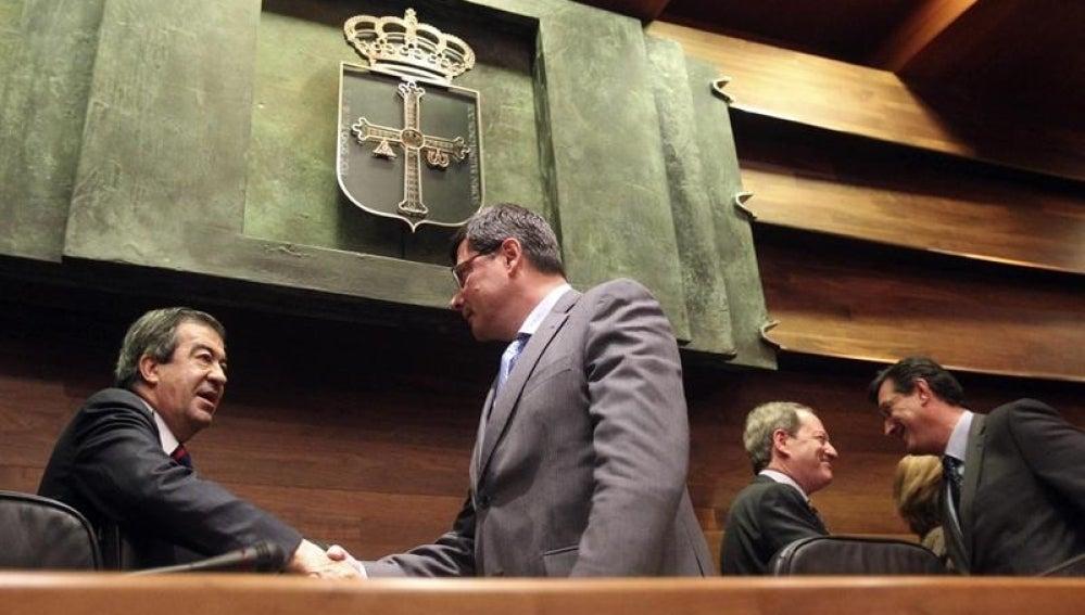 Pedro Sanjurjo, elegido presidente de la Junta General del Principado es felicitado por Francisco Alvarez-Cascos.