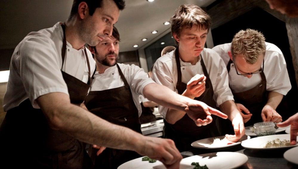 El chef Rene Redzepi trabaja con su equipo del 'Noma'.