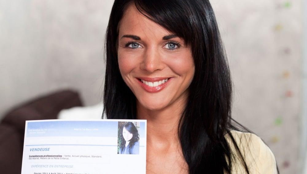 Una joven sostiene su currículum