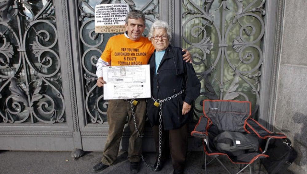 La anciana, junto a su hijo, encadenados al Banco de España