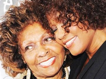 Cissy Houston junto a su hija, la fallecida Whitney Houston.