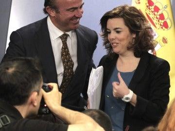 La vicepresidenta del Gobierno, Soraya Sáenz de Santamaría, y el ministro de Economía, Luis de Guindos