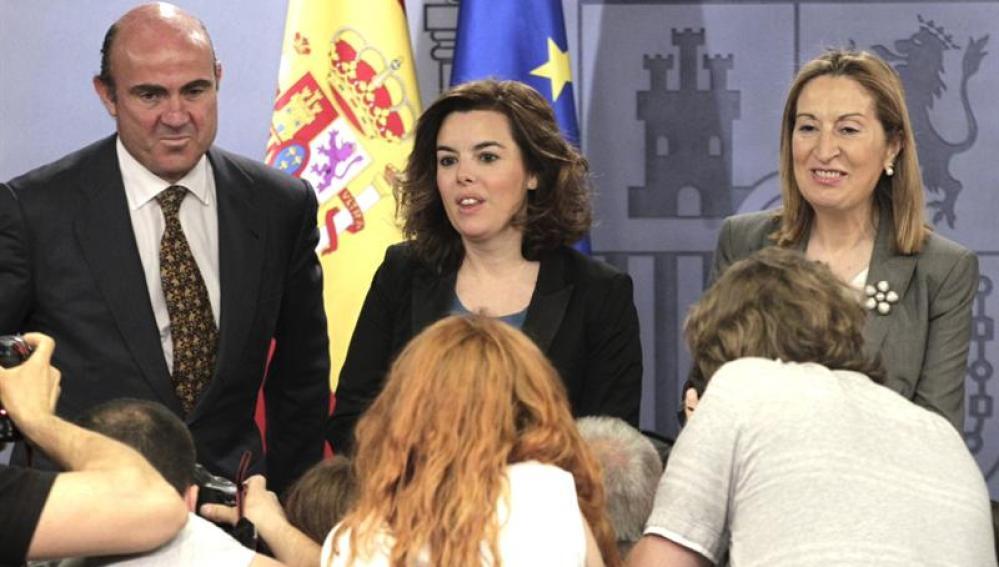 La vicepresidenta del Gobierno, Soraya Sáenz de Santamaría, y la ministra de Fomento, Ana Pastor