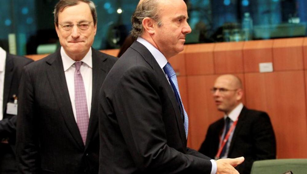 El ministro de Economía español, Luis de Guindos, y el presidente del Banco Central Europeo, Mario Draghi