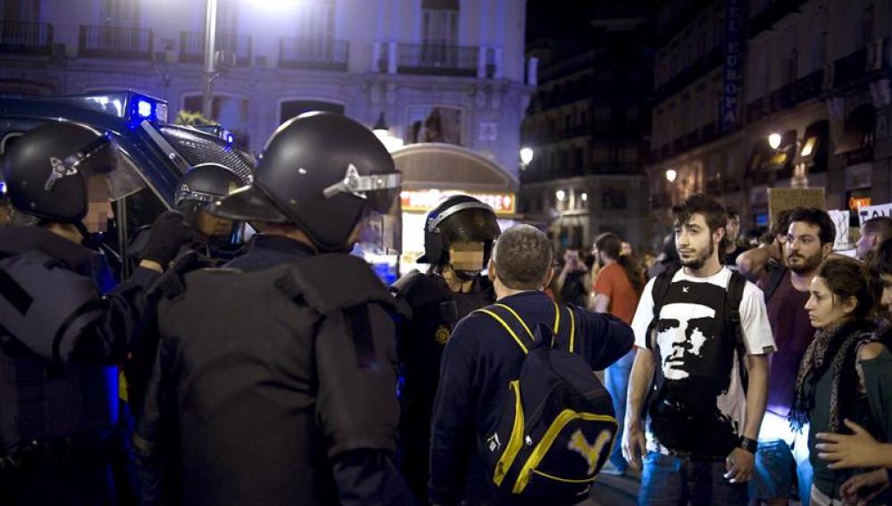 La Policía desaloja la Puerta del Sol el domingo 13 de mayo