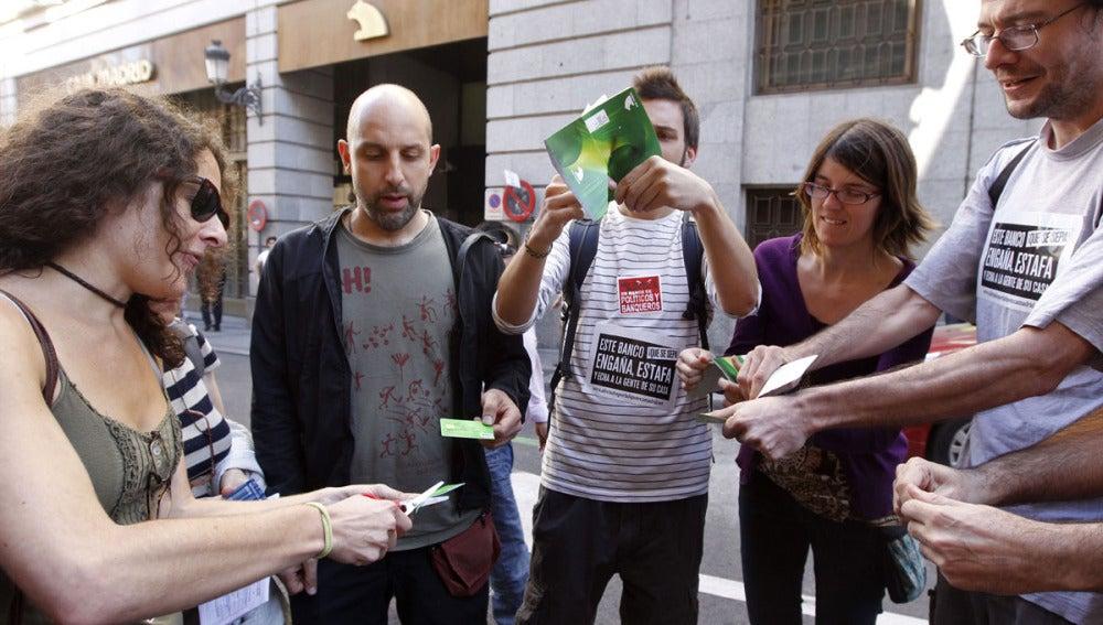 Indignados rompen simbólicamente cartillas de Bankia
