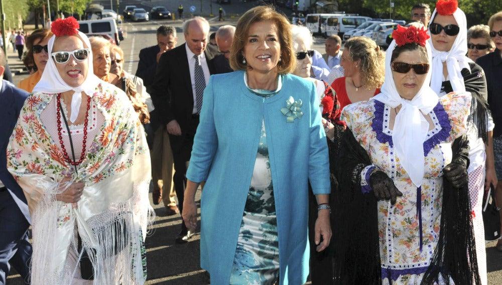 Ana Botella, alcaldesa de Madrid, junto a unas chulapas