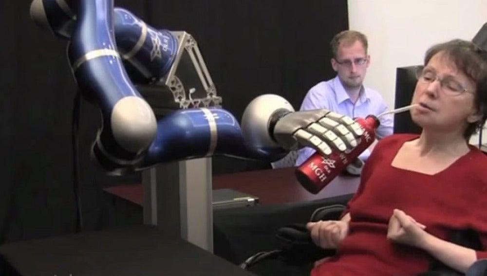 Una tetrapléjica consigue beber con la ayuda de un brazo robótico