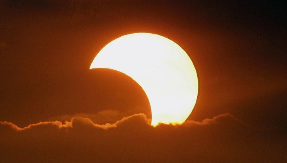 Imagen de un eclipse anular solar.