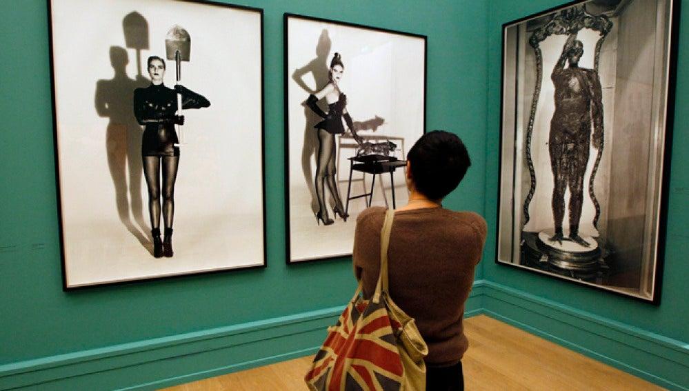 Una mujer contempla la retrospectiva de Helmut Newton en París.