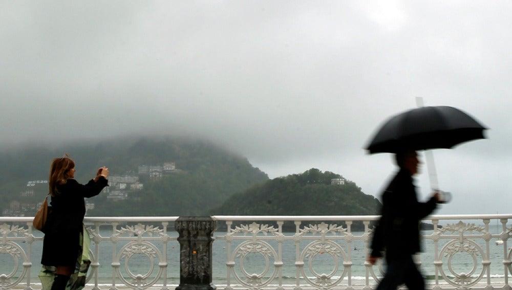 Paraguas y lluvia en la playa de la  Concha