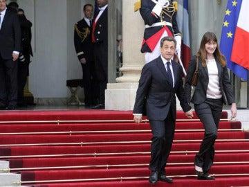 Sarkozy y Carla Bruni abandonan el Elíseo