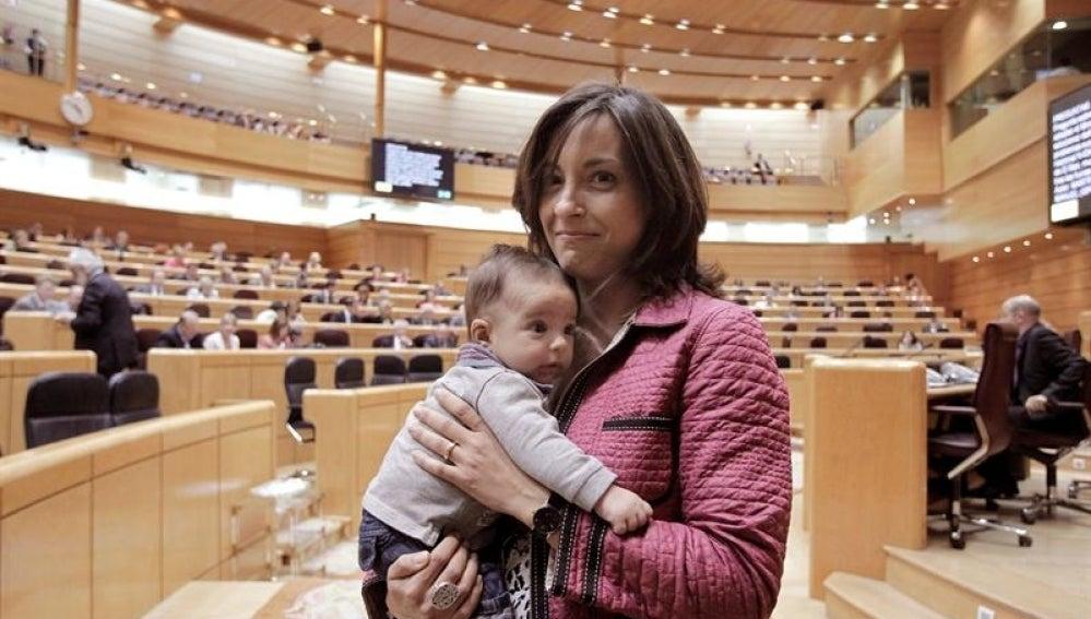 La senadora, Iolanda Pineda, con su bebé