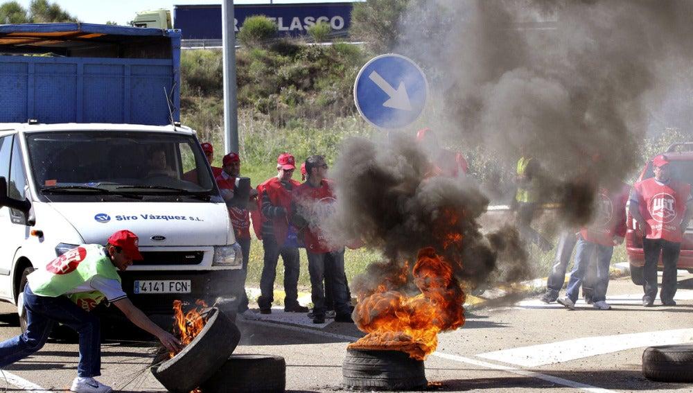 Mineros de la cuenca palentina prenden fuego a unos neumáticos