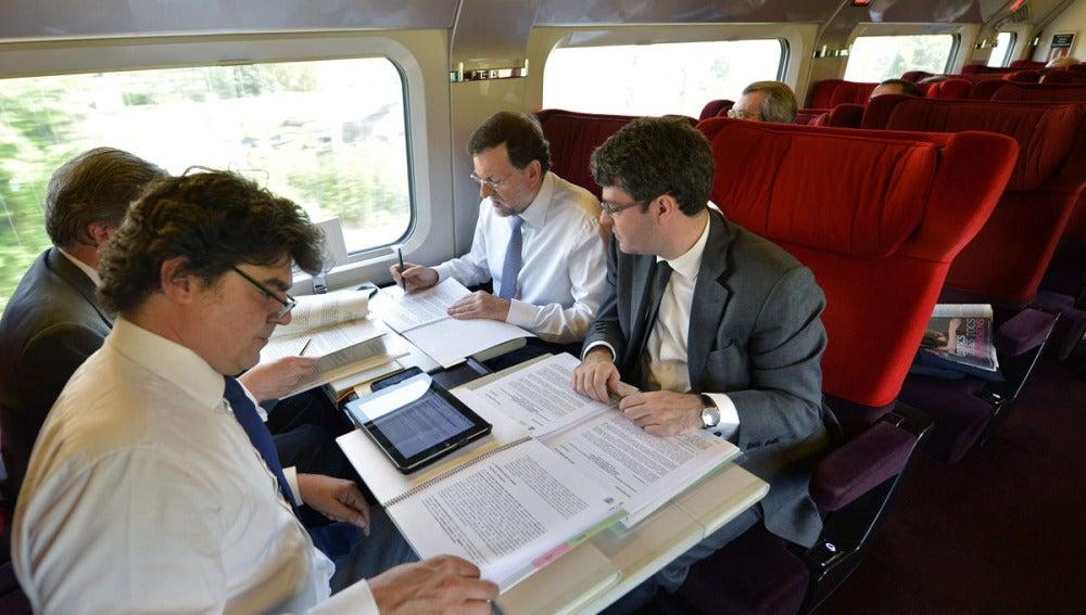 Mariano Rajoy en el tren con su equipo