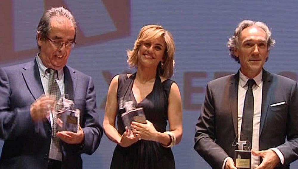 Lourdes Maldonado con el premio ATR