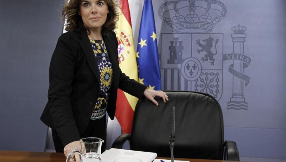 Soraya Sáenz de Santamaría anuncia la medida en rueda de prensa.
