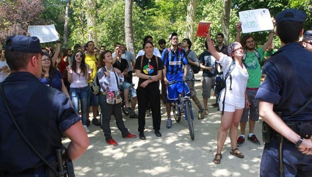 Un grupo de personas gritan consignas