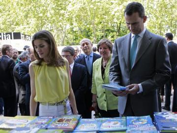 Los príncipes de Asturias en la Feria del Libro de Madrid.