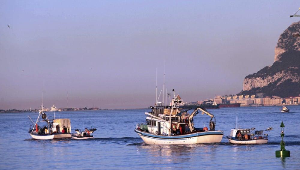 Gibraltar hostiga a un pesquero gaditano