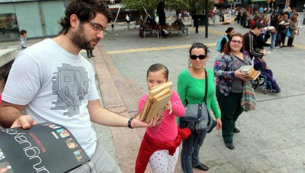 Gente de todas las edades en la Feria del Libro