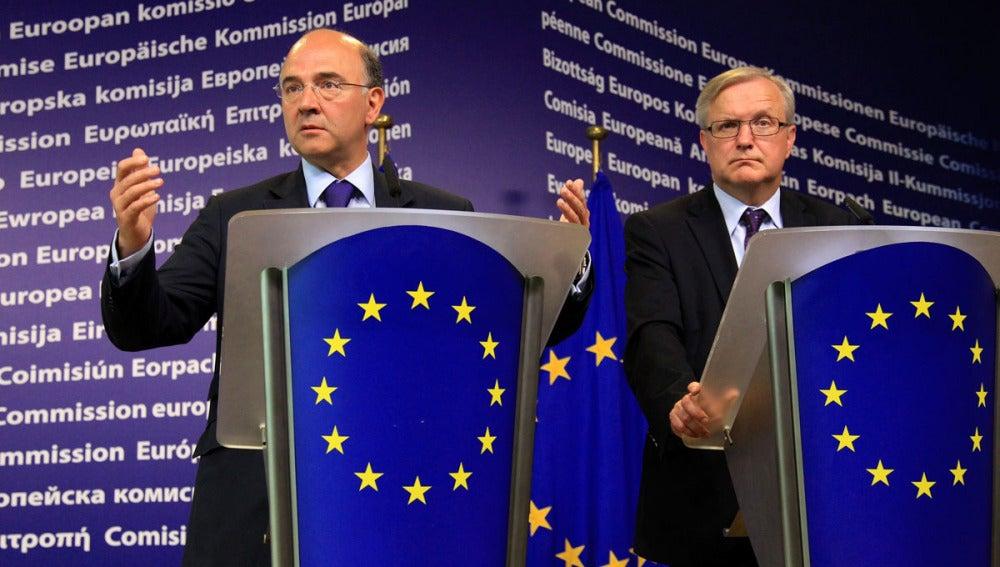 El vicepresidente económico de la CE, Olli Rehn y el ministro francés de Finanzas, Pierre Moscovici