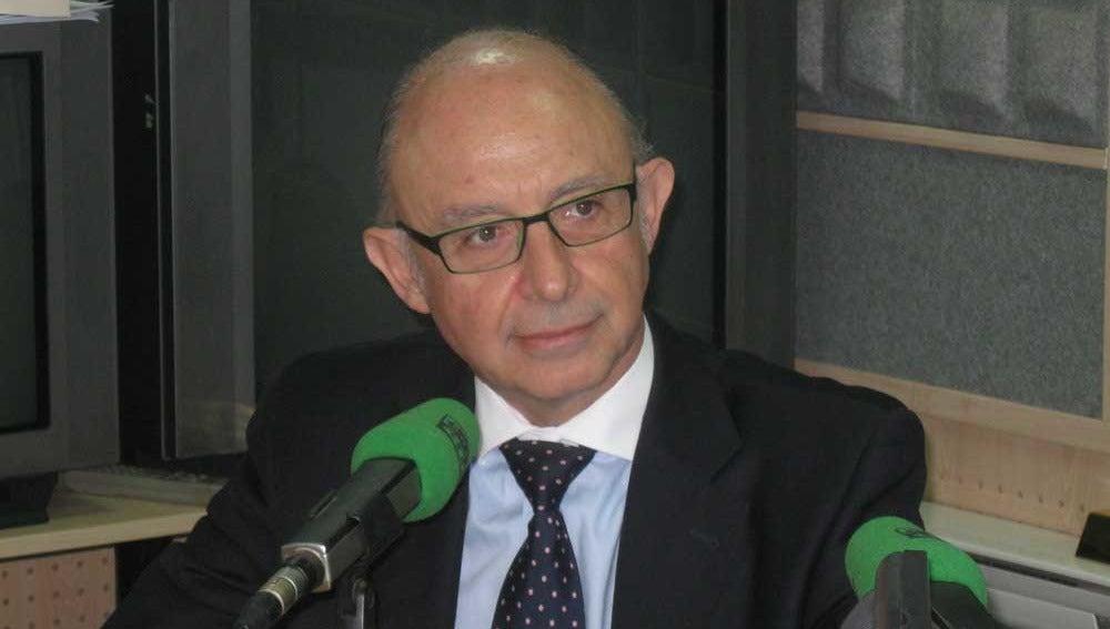Cristóbal, Montoro, ministro de Hacienda, en el estudio de Onda Cero Sevilla