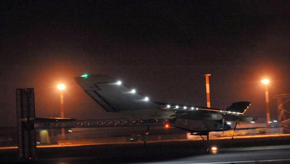 """Avión solar """"Solar Impulse"""" aterrizando en Marruecos"""