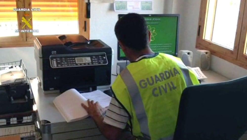 Un Guardia Civil durante el registro