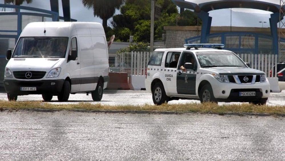 Un vehículo de la Guardia Civil escolta el furgón que lleva parte del material
