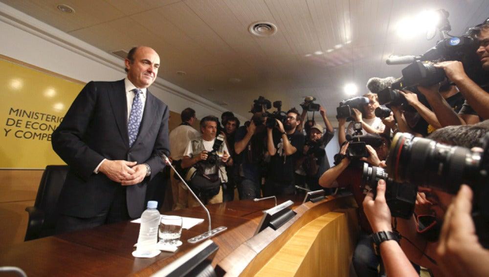 Luis de Guindos valora la opción del rescate a España