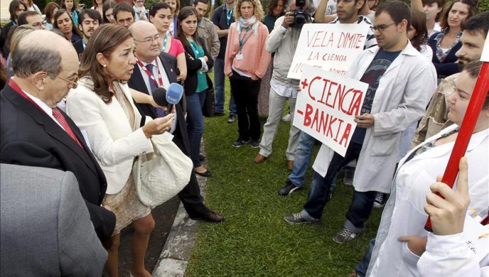 Carmen Vela, ante los becarios de Biomedicina
