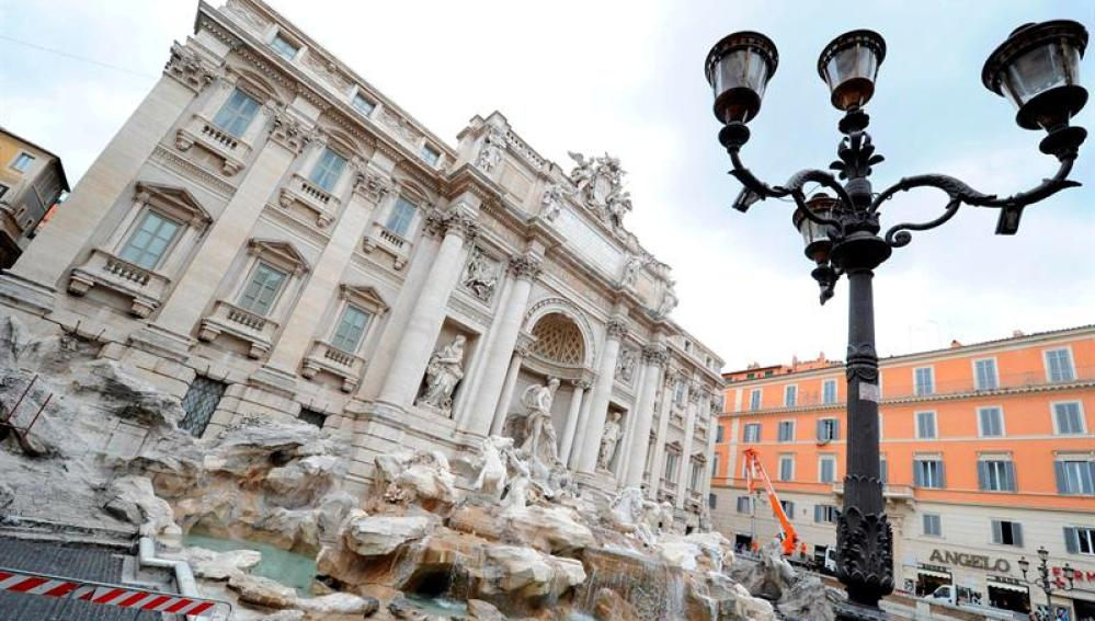 Trabajadores inspeccionan la Fontana di Trevi