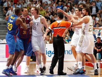 Los jugadores del Real Madrid se encaran con los del Barcelona en un momento del partido