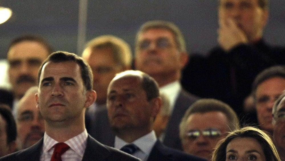 Los Príncipes escuchan el himno en un partido de España